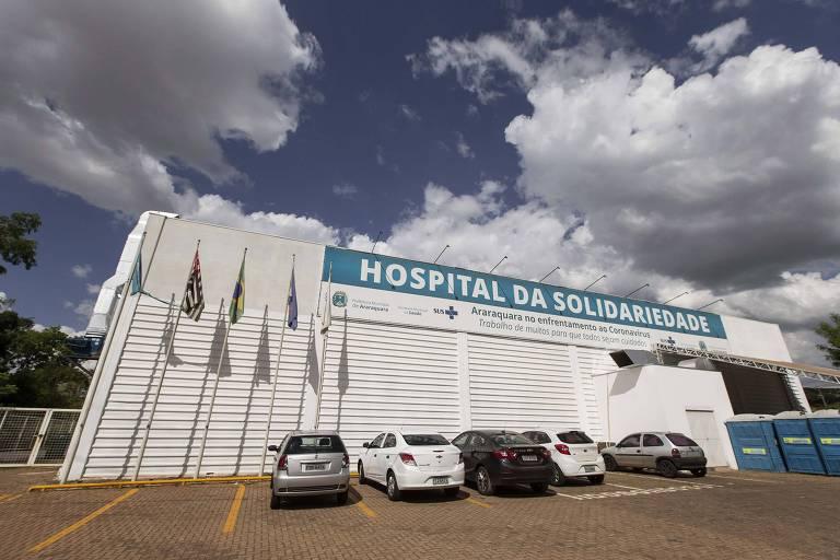 Imagem mostra hospital de campanha, com carros estacionados à sua frente