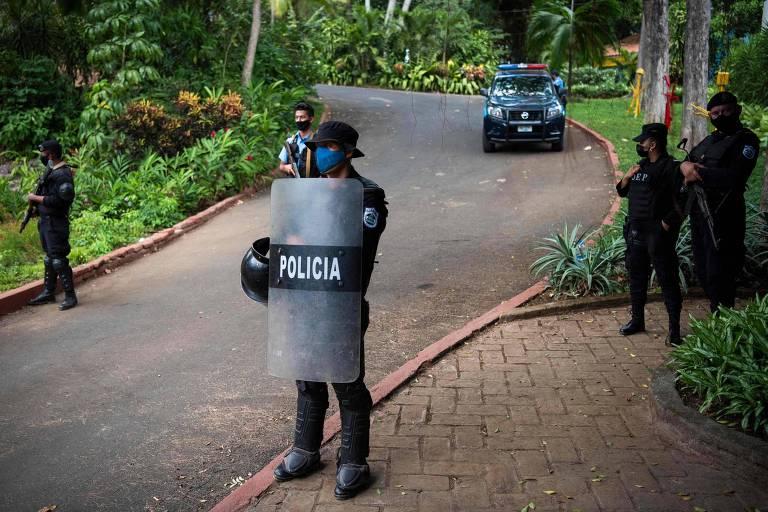 Tropa de choque vigia entrada da casa de Cristiana Chamorro em Manágua, na Nicarágua, enquanto agentes cumprem ordem de prisão da opositora de Daniel Ortega