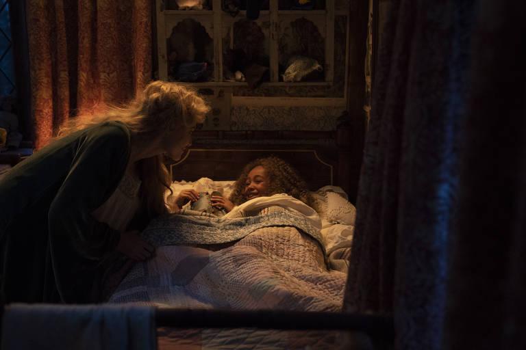 mulher branca põe menina negra para dormir