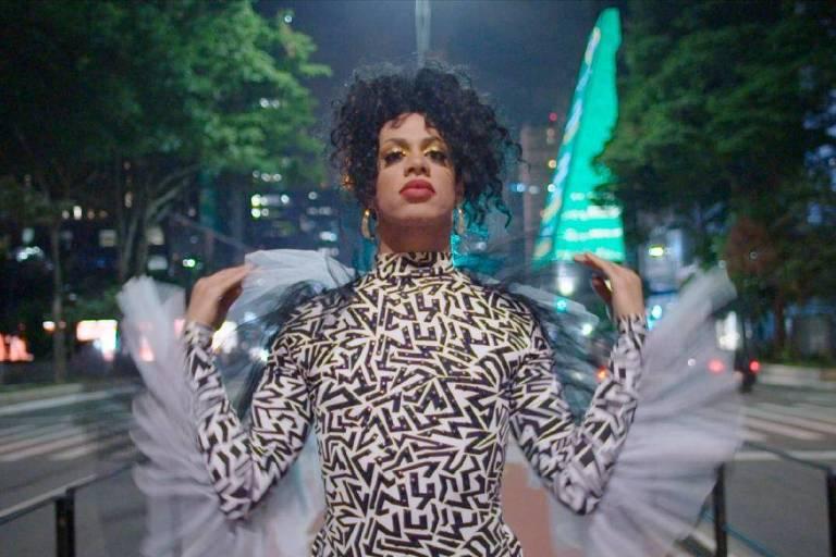 A drag queen Sasha Zimmer em Falas de Orgulho