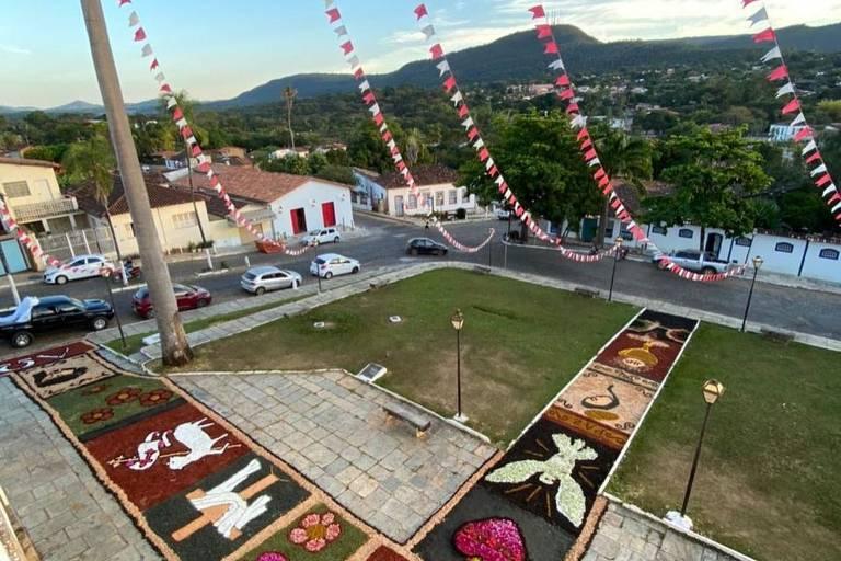 Tapete de Corpus Christi em frente à Igreja Matriz de Nossa Senhora do Rosário em Pirenópolis (GO), nesta quinta-feira (3)