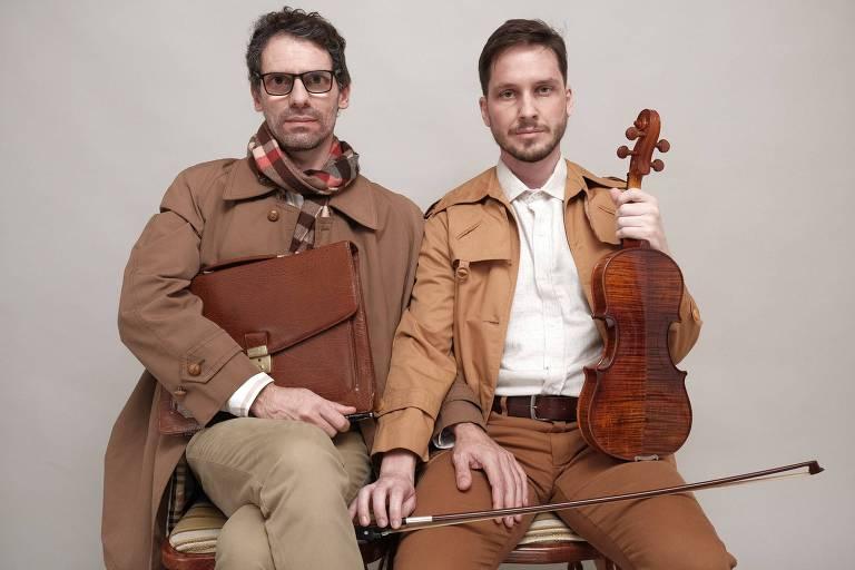 Retrato de dois homens; um deles está com um violino