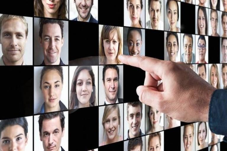 Tela com várias fotos de rostos e uma mão apontando para essa tela