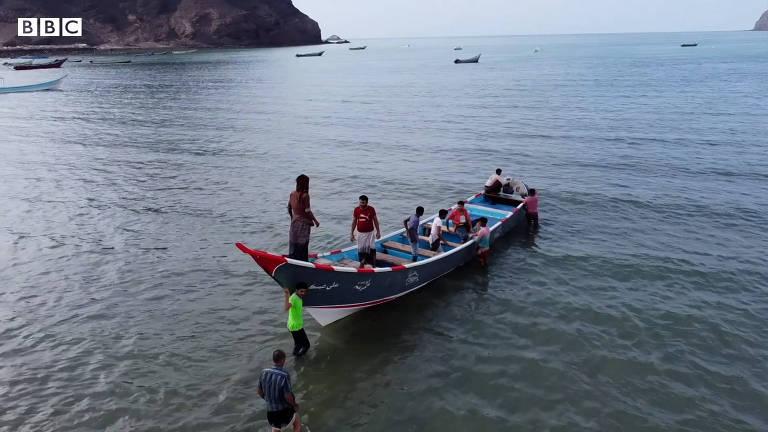 Pescadores pobres fazem fortuna com substância rara achada dentro de baleia