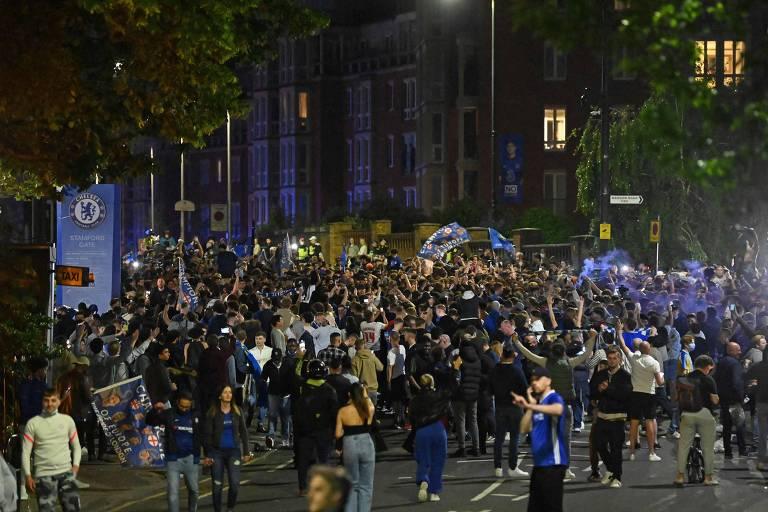 Torcedores do Chelsea comemoram a conquista do título da Champions League, no final de maio