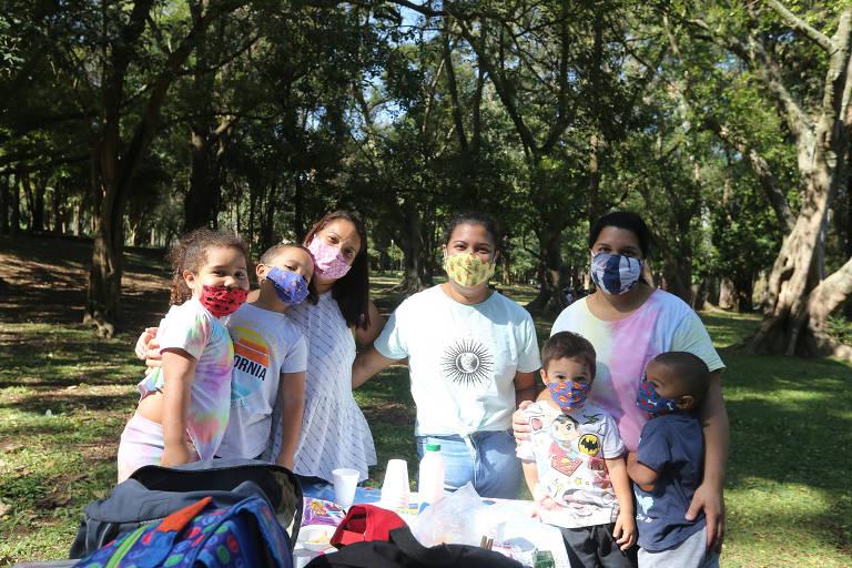 Jenifer Nascimento Lima (máscara rosa) foi ao parque com suas duas irmãs, Lena, 39, e Érica, 37, e trouxe seus dois filhos Bernardo, 2, e Gabriel, 5, e sobrinhos Gael, 2, e Ingrid, 4