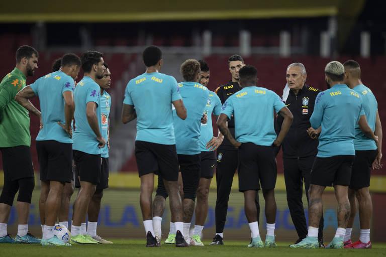 O técnico Tite conversa com os jogadores na véspera da partida com o Equador