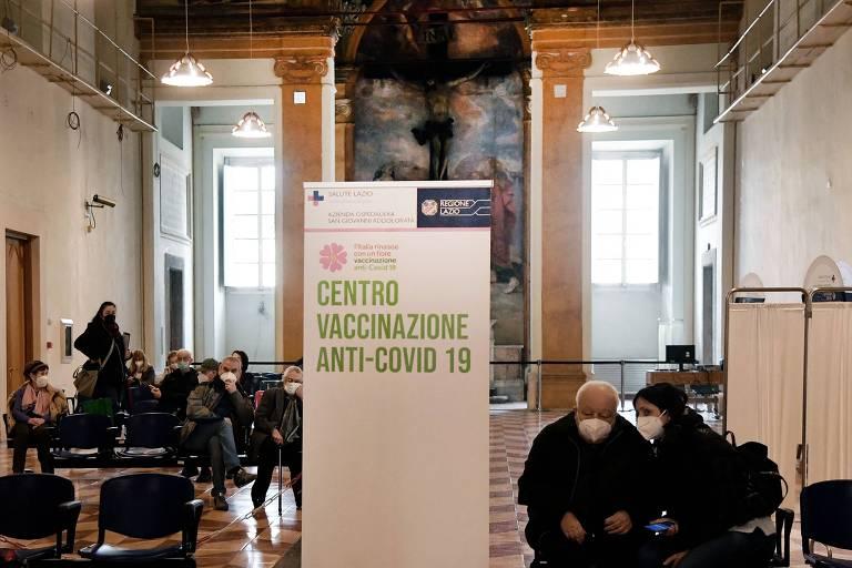 Centro de vacinação contra a Covid-19 em Roma, na Itália