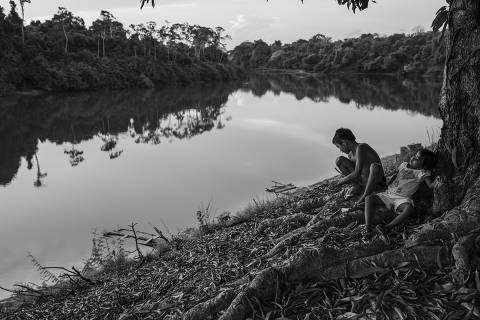 URUARç, BRAZIL. 25/09/2016. Children from the Rio Novo community, on the Rio Iriri Extractive Reserve in Par‡, rest under a tree on the banks of the Iriri River. With the help of an NGO, the community built a small Brazil nut processing plant, which helped the families to improve their income while keeping the forest preserved. Nearby the extractive reserve area is located Cachoeira Seca, the most deforested indigenous land in Brazil between July 2019 and August 2020.