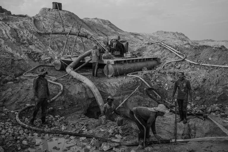 Homens trabalham em mineração de ouro em Peixoto de Azevedo, no norte de Mato Grosso, que é uma das maiores áreas produtoras de ouro do Brasil; parte da atividade extrativista é ilegal e mesmo as legalizadas não cumprem a legislação ambiental por não haver fiscalização por parte das autoridades brasileiras