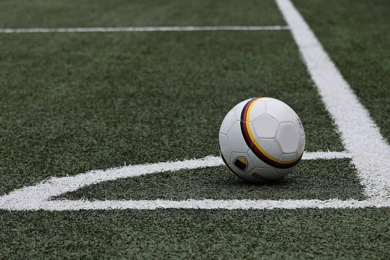 Bola de futebol na zona de escanteio