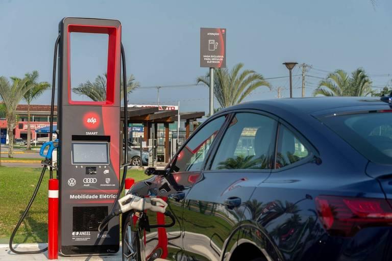 Ponto de recarga rápida instalado pela empresa EDP em parceria com o grupo Volkswagen na cidade de Caraguatatuba, litoral de São Paulo