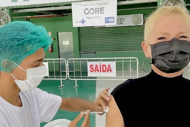 Xuxa Meneghel é vacinada