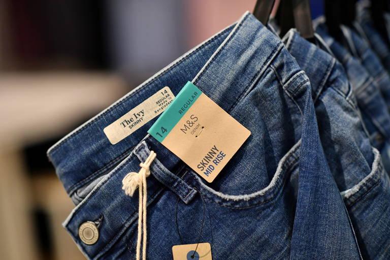 Jeans feitos de cânhamo vendidos na loja de departamento Marks and Spencer, no Reino Unido; matéria-prima é usada em diversas indústrias, como a têxtil, de construção e a cosmética