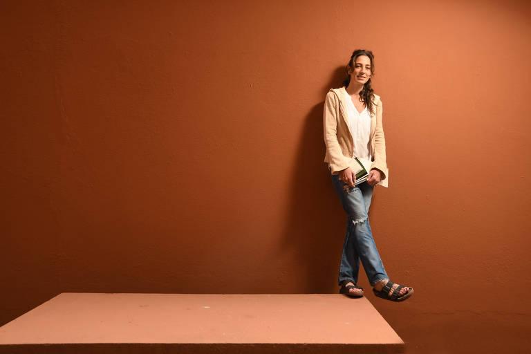 Renata Lima, em sua casa em SP, veste casaco feito de cânhamo, insumo usado na tecelagem Queen Co.