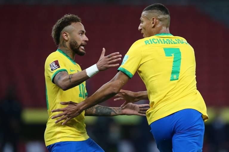 Richarlison (à dir.) comemora com Neymar o gol do Brasil sobre o Equador