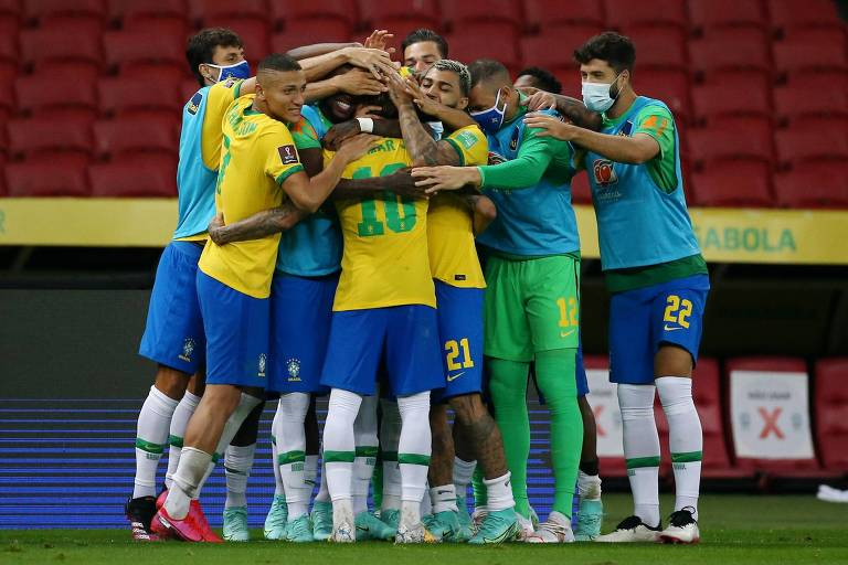 Jogadores comemoram gol contra o Equador pelas Eliminatórias