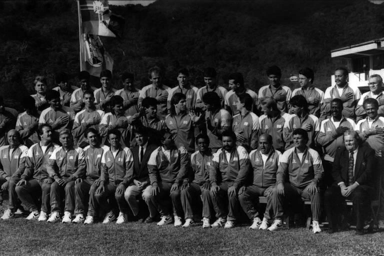 Jogadores brasileiros cobrem o logotipo da Pepsi, patrocinadora oficial da seleção, ao posarem para fotos na concentração para a Copa de 1990, em Teresópolis
