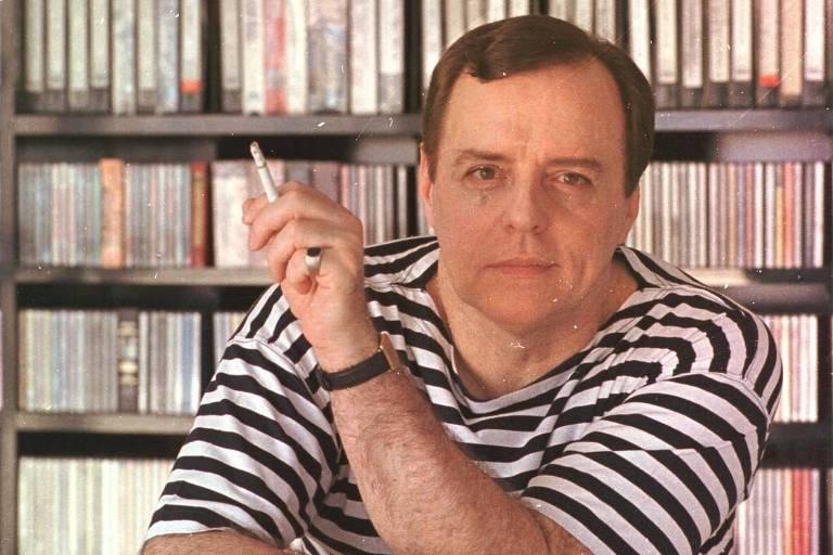 O produtor musical Roberto Quartin, 58, em sua casa, no Rio de Janeiro, em 1999. Ele morreu em 2004.