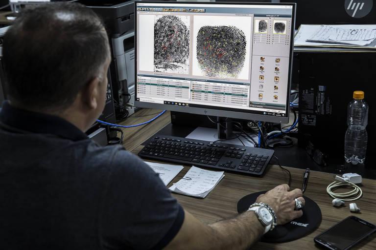 Papiloscopista faz comparação de impressões digitais no instituto de identificação de SP