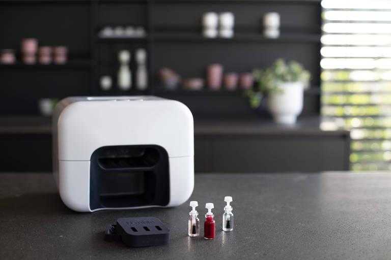 Aparelho da startup Nimble trabalha com inteligência artificial e um braço robótico para oferecer serviço de manicure