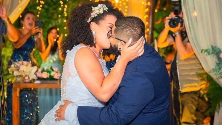 Depois de dois anos de relacionamento, Victor e Kathleen deram no altar o primeiro beijo desde o início do relacionamento