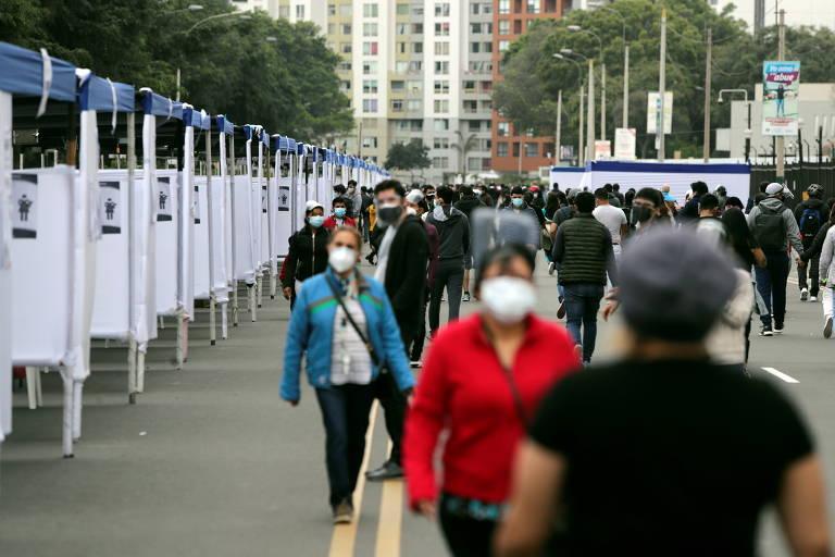 Pessoas passam por cabines de votação em Lima, no Peru