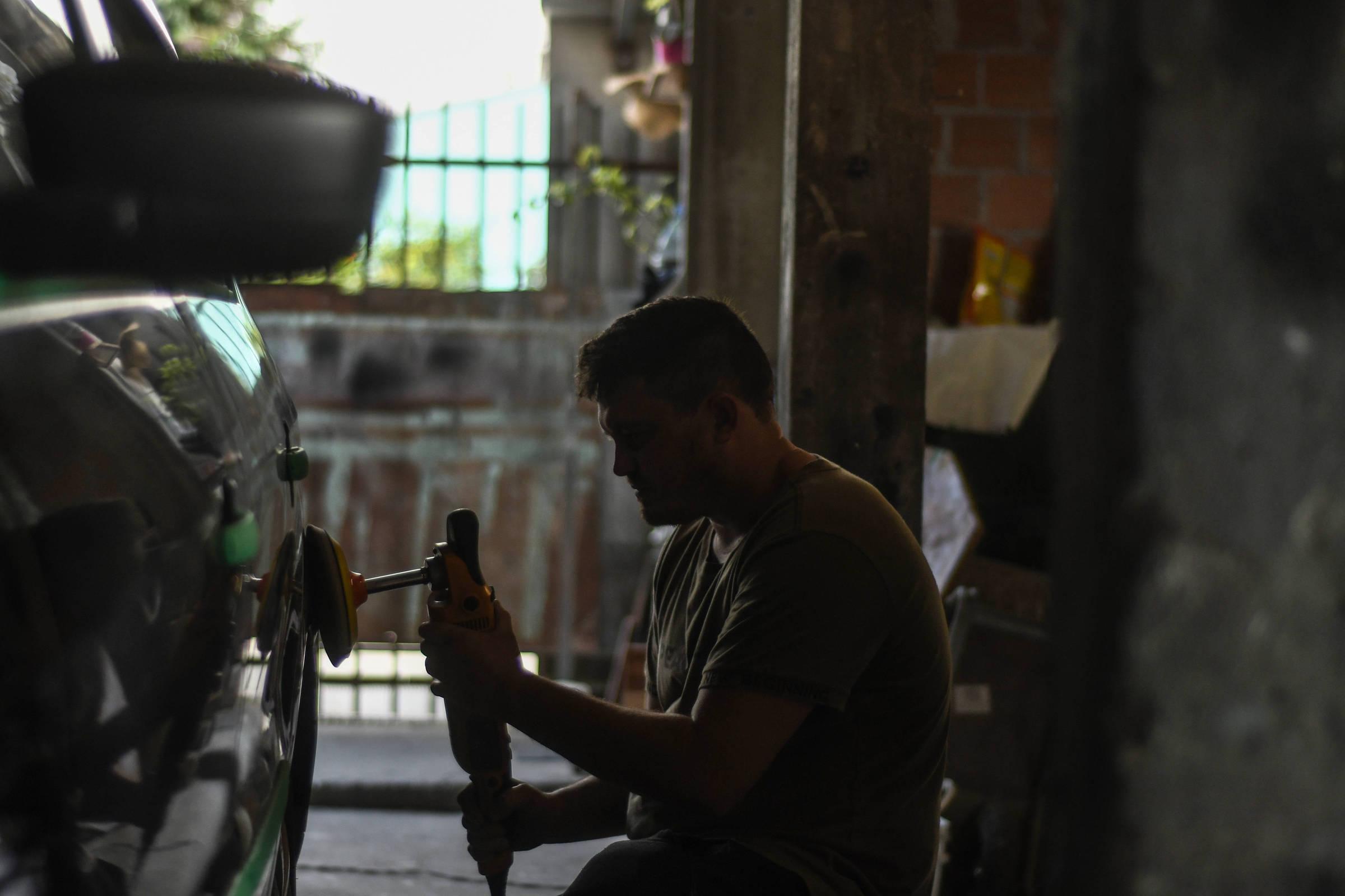 Carlos Roberto Jusviaki trabalhando em sua oficina, em Curitiba