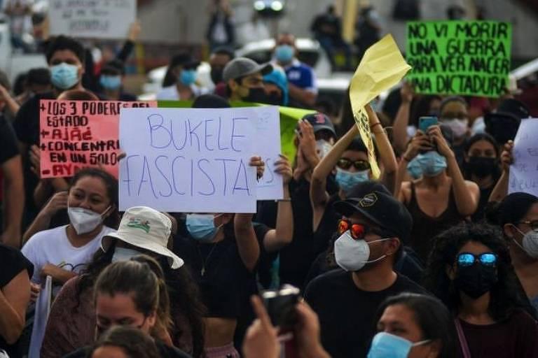 Pessoas protestam com cartazes em El Salvador