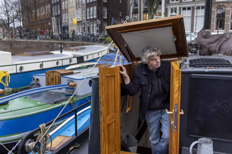 O fotógrafo Kadir van Lohuizen, dono de um barco-residência, que teve de deslocar sua embarcação em Amsterdã devido aos reparos feitos em canais da cidade