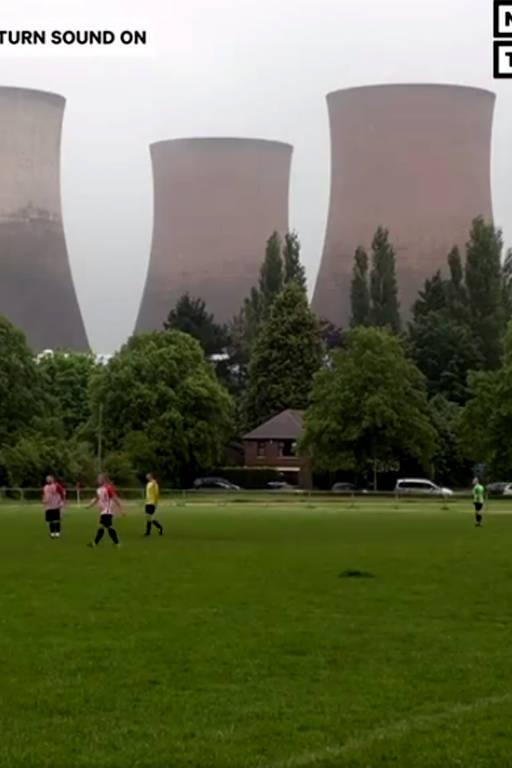 Torres de resfriamento de usinas de energia implodem durante um jogo de futebol  na Inglaterra