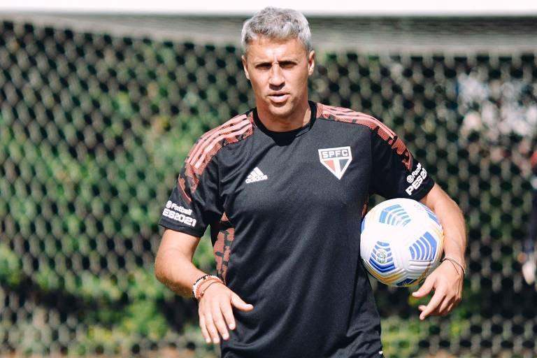 Crespo comanda treino do São Paulo durante treino no CT da Barra Funda