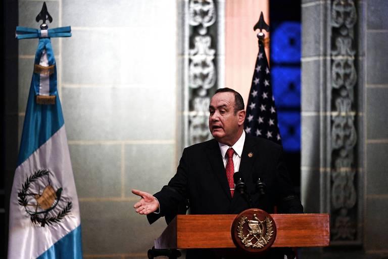 O presidente da Guatemala, Alejandro Giammattei, durante entrevista coletiva com a vice-presidente dos EUA, Kamala Harris