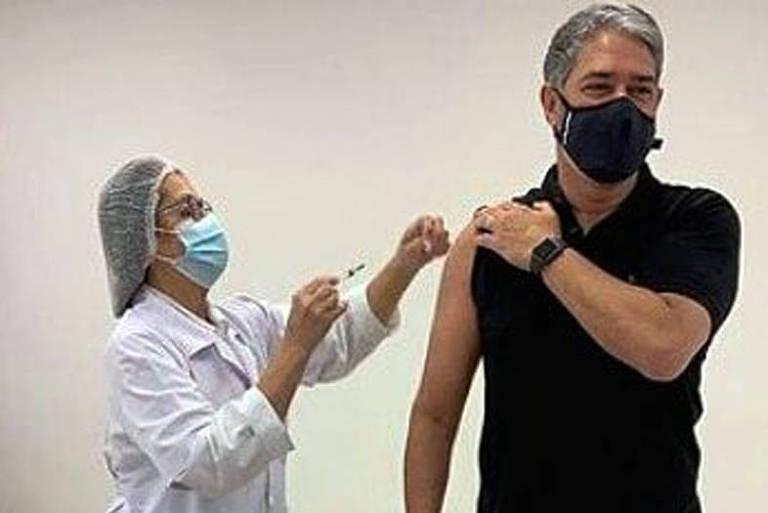 William Bonner celebra o SUS ao ser vacinado contra a Covid-19