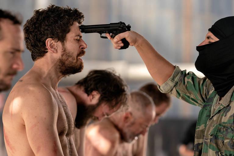 Terrorista do EI ameaça o refém Foley (Toby Kebbel) em 'O Sequestro de Daniel Rye'
