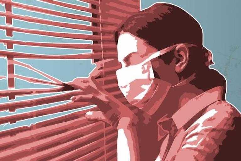 Mulher de máscara olhando pela persiana de uma janela, em tons avermelhados