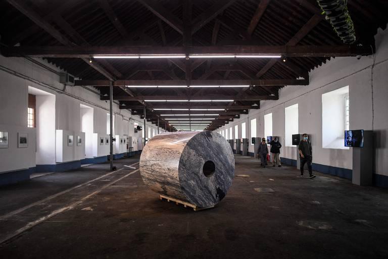 Gigante papel higiencio esculpido em mármore português maciço