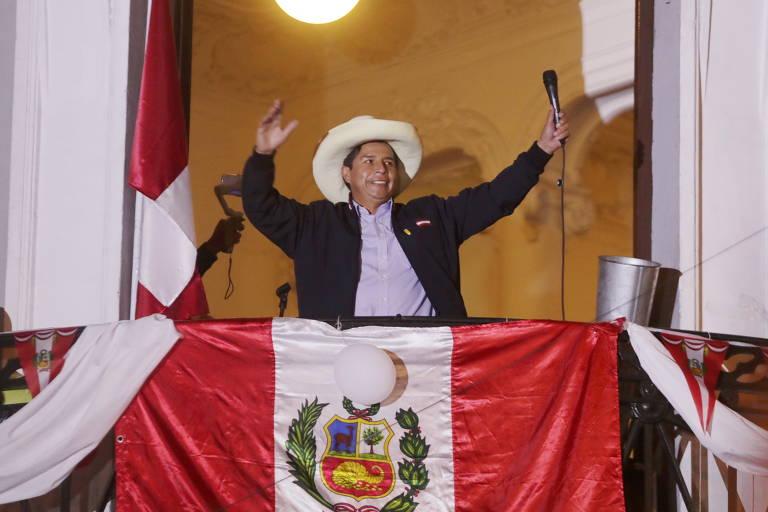 O candidato à Presidência Pedro Castillo acena para eleitores em Lima, um dia após o segundo turno da eleição no Peru; o esquerdista pode ser o primeiro presidente sem vínculos com as elites políticas, econômicas, e culturais de seu país