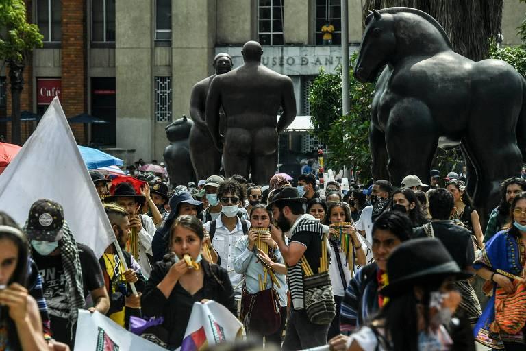 Manifestantes participam de protesto contra o governo de Iván Duque em Medellín, na Colômbia