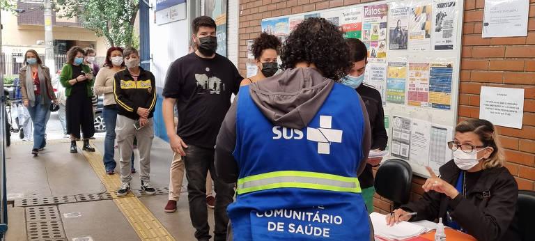 Fila para cadastramento para xepa da vacina na UBS Dr. Humberto Pascale, em Santa Cecília (região central)