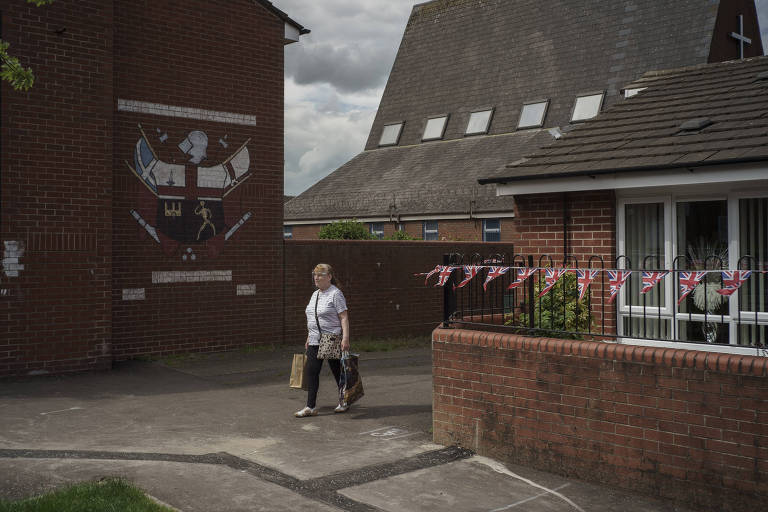 Casa decorada com faixas da bandeira do Reino Unido no bairro de Sandy Row, em Belfast, na Irlanda do Norte