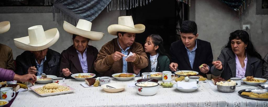 O presidente eleito do Peru, Pedro Castillo, toma café da manhã com seus familiares em sua casa, no departamento de Cajamarca