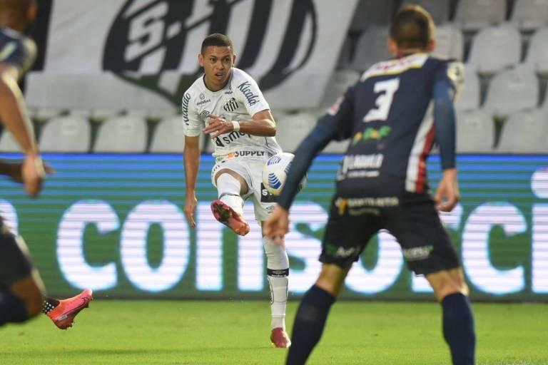 Em evolução, Santos vence terceira seguida e avança na Copa do Brasil