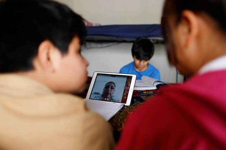 Crianças estudam em casa durante a pandemia do coronavírus na Cidade do México
