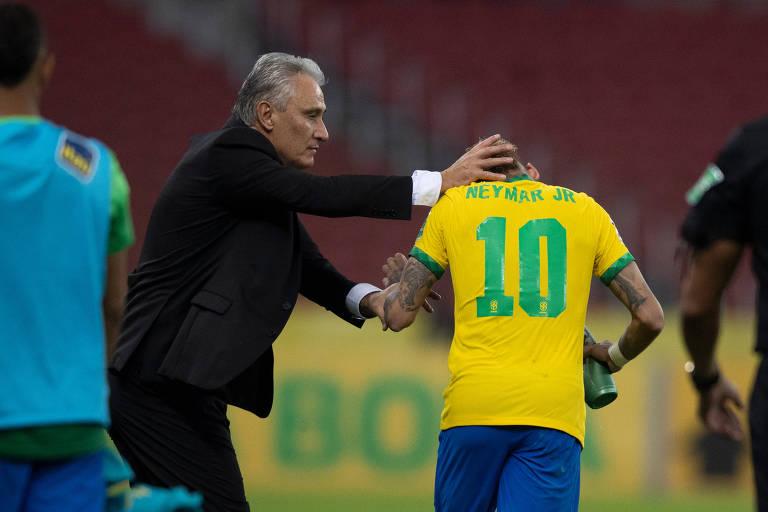 Tite cumprimenta Neymar após gol sobre o Equador nas Eliminatórias para a Copa do Mundo