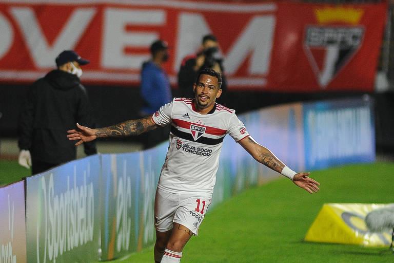 Luciano comemora um dos gols tricolores na goleada de 7 a 1 pela Copa do Brasil