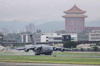 U.S. Senators Duckworth, Sullivan and Coons arrive in Taipei