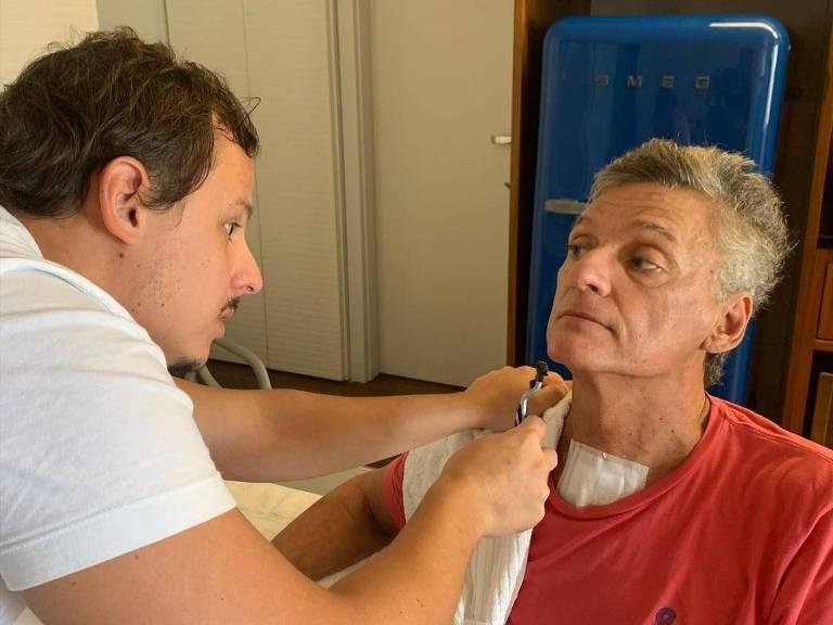 O filho Gianluca ajuda Renan a fazer a barba após seu retorno para casa
