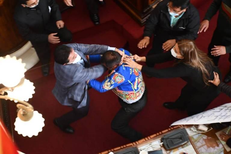 Congressistas da Bolívia trocam socos e chutes devido a acusações de golpe; veja