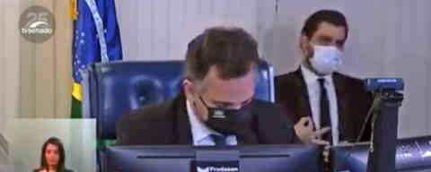 Senador considera obsceno gesto racista de assessor do Planalto e pede sua expulsão da Casa. Filipe Martins, expoente da ala ideológica, foi flagrado gesticulando às costas de Pacheco. (Foto: Reproducao)